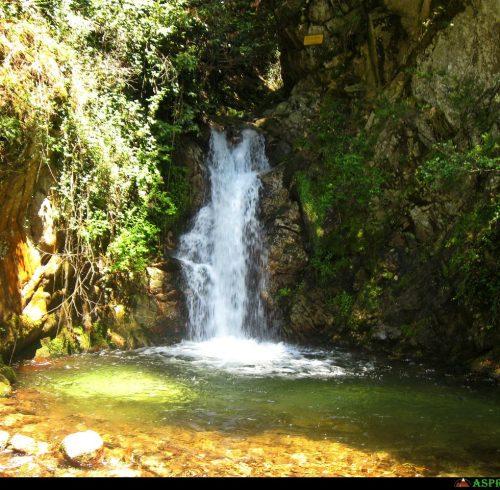 Pozza sotto la cascata dove è possibile fare il bagno